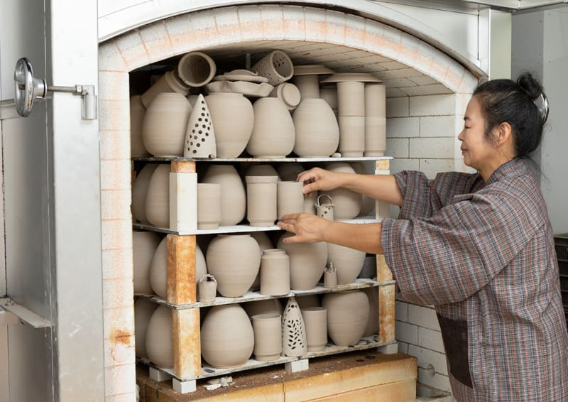Obori Soma-ware Kyogetsu Pottery/ Image of first baking(setting in a kiln)