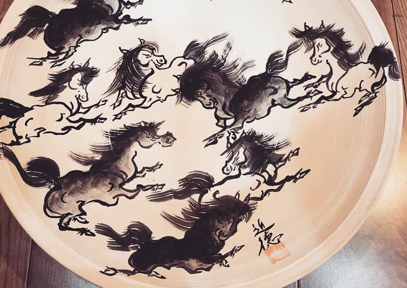 Obori Soma-ware Kyogetsu Pottery/ Unglazed platter with a running horse drawn on it