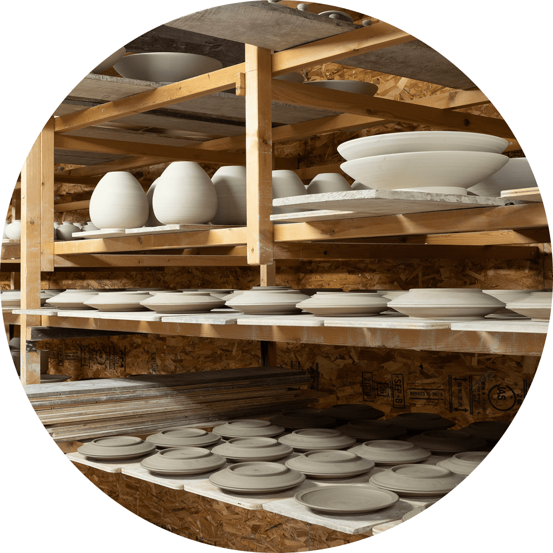 Obori Soma-ware Kyogetsu Pottery/ Image of drying process in which formed clay is lined up on shelves