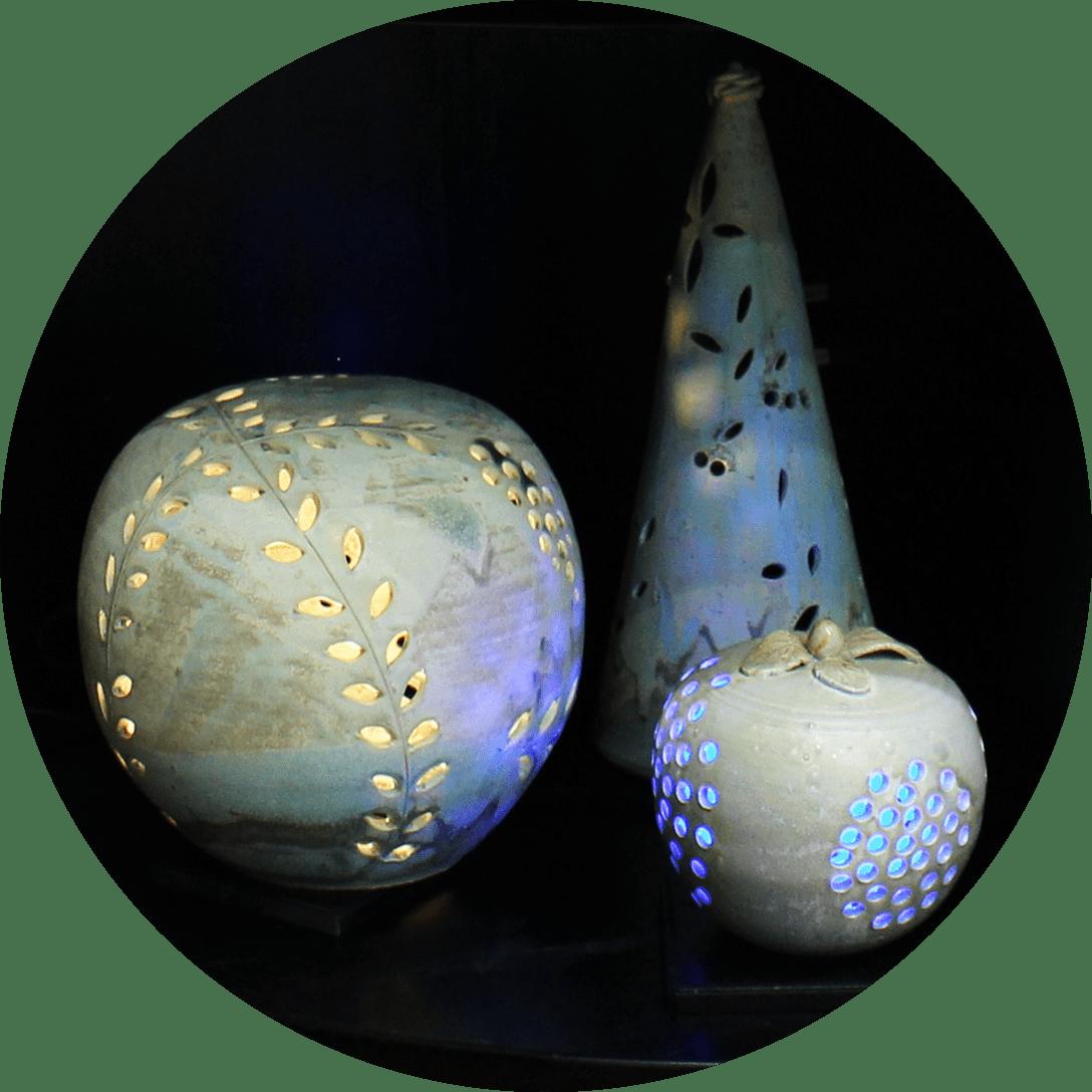 Obori Soma-ware Kyogetsu Pottery/ Image of ceramic lamp shades lined up